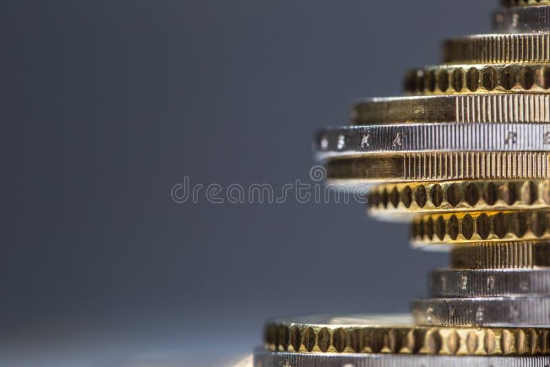 Euro monete impilate su a vicenda nelle posizioni differenti Soldi europei e valuta del primo piano fotografia stock