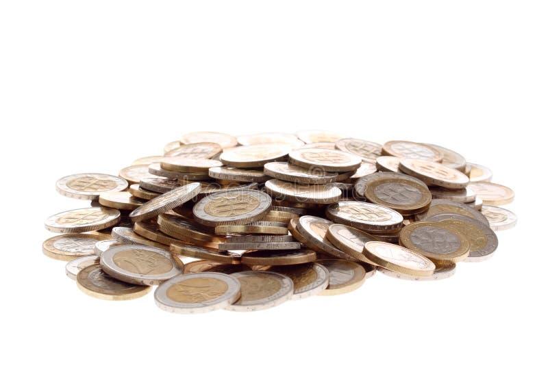 euro monety rozsypisko odizolowywał jeden biel dwa zdjęcie stock