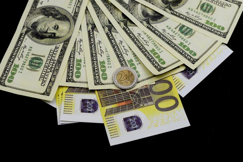 Euro muntstuk met dollarsnota's en bankbiljetten