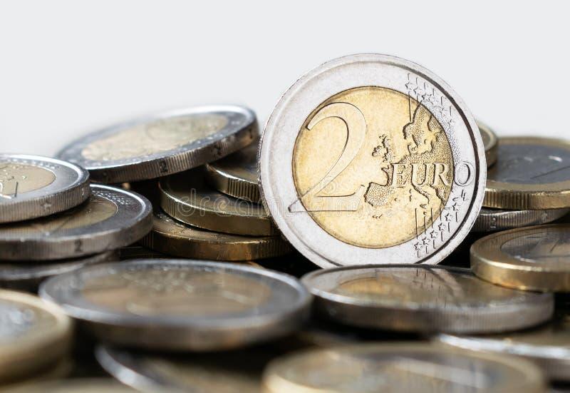 Euro muntstuk met een nominale waarde van twee euroclose-up stock afbeeldingen