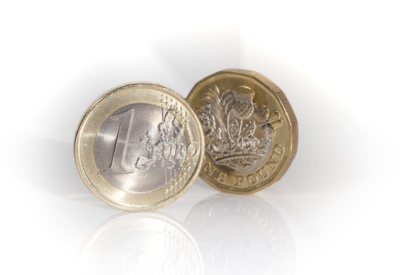 Euro muntstuk met nieuw pondmuntstuk royalty-vrije stock afbeeldingen