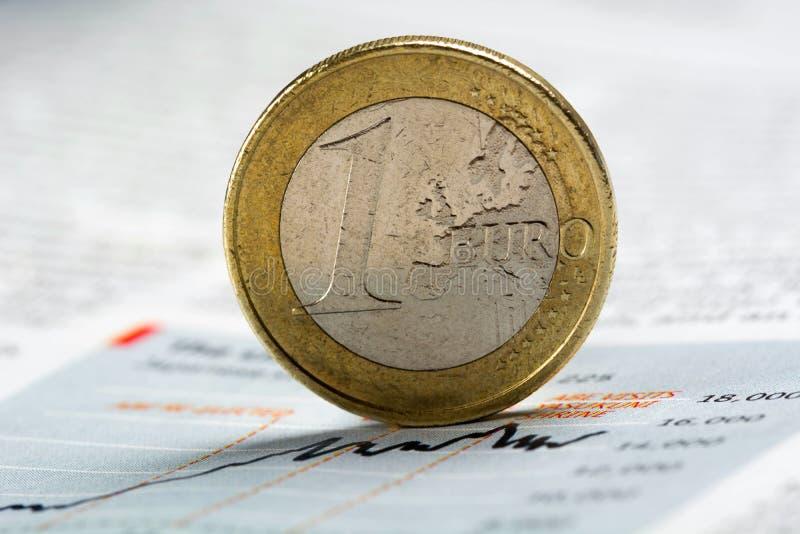 Euro muntstuk op krantengrafiek - Voorraadbeeld royalty-vrije stock fotografie