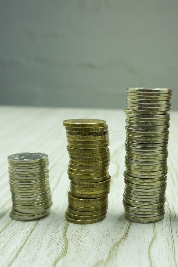 Euro muntstukken Euro geld Euro munt Muntstukken op elkaar in verschillende posities worden gestapeld die Het concept van het gel stock foto