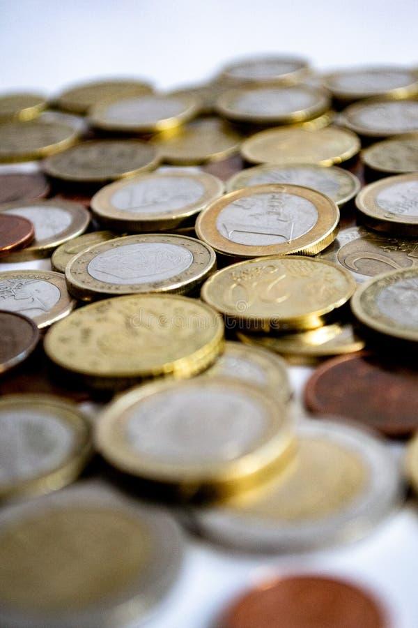 Euro muntstukken van zilveren en goud verspreid op een witte achtergrond royalty-vrije stock afbeelding