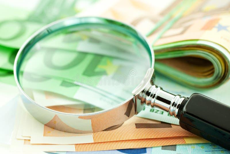 Euro- notas com magnifier imagem de stock