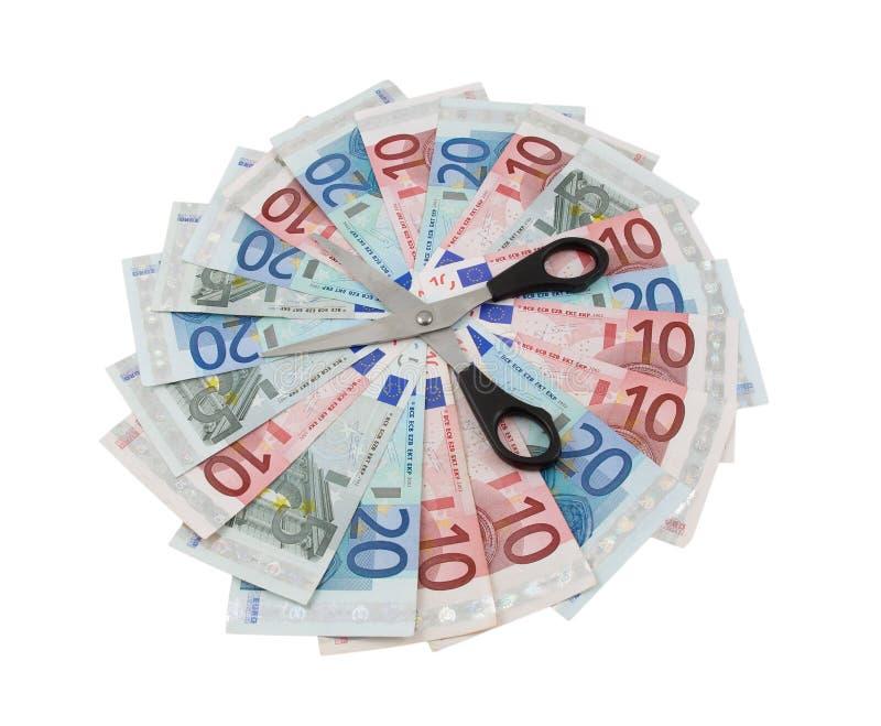 Euro- notas de banco e tesouras sobre o branco fotografia de stock