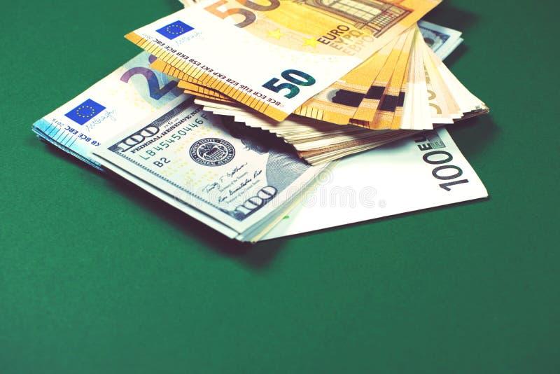 Euro notatki i dolarowi rachunki na zielonym tle fotografia stock