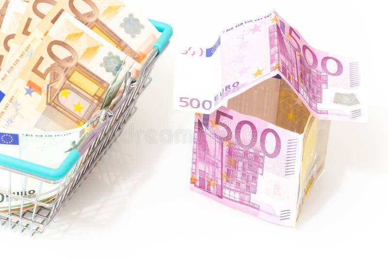 Euro, o símbolo de um empréstimo do alojamento Dinheiro europeu na forma de uma casa em um fundo branco imagens de stock