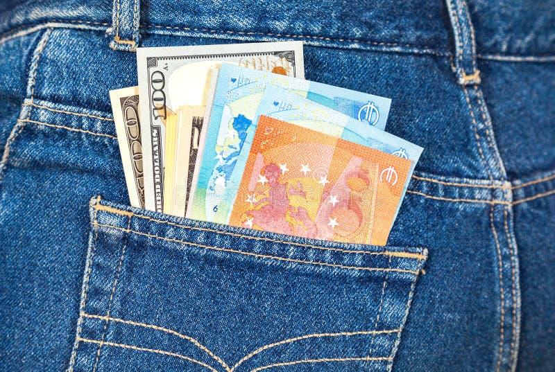 Euro- och amerikanvaluta, pengar i jeans stoppa i fickan för lopp arkivfoton