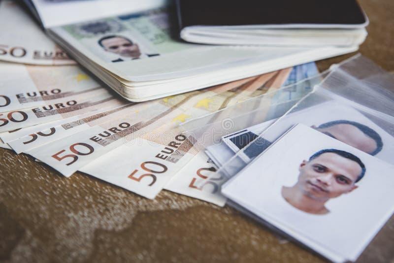 Euro passaporto di visto della banconota dei soldi e fotografia dell'uomo su legno immagini stock