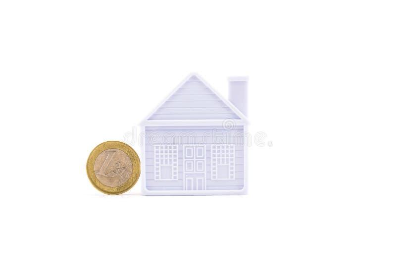 Euro pièce de monnaie à côté de la maison d'isolement photographie stock