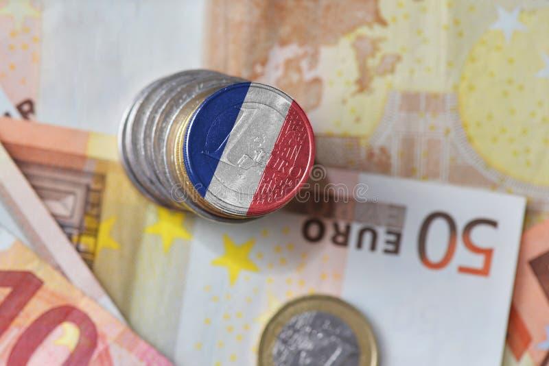 Euro pièce de monnaie avec le drapeau national des Frances sur l'euro fond de billets de banque d'argent photographie stock libre de droits
