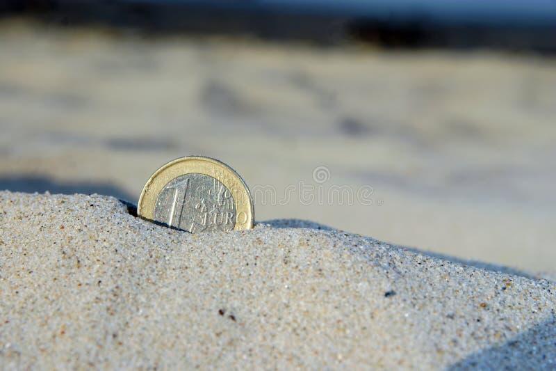 Euro pièce de monnaie dans le sable images libres de droits