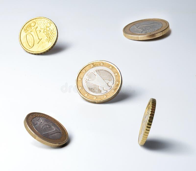 Euro pièces de monnaie en position instable sur le bord Ombres claires Quarts ?troits Symbole des finances, circulation d'argent, photos libres de droits