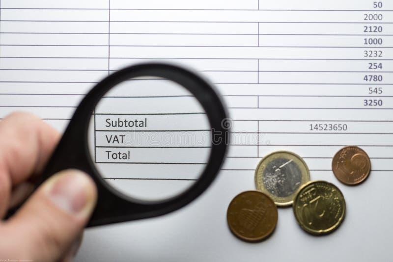 Euro pièces de monnaie sur une facture avec la boîte de TVA photographie stock libre de droits