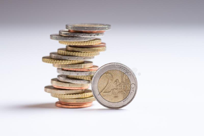 Euro pi?ces de monnaie empil?es sur l'un l'autre dans diff?rentes positions image stock