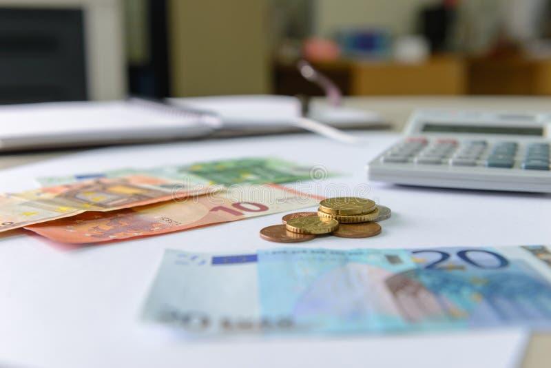 Euro pieniędzy banknoty, monety liczy z i kalkulatorem, notatnikiem i piórem, fotografia stock