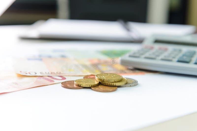 Euro pieniędzy banknoty, monety liczy z i kalkulatorem, notatnikiem i piórem, zdjęcie royalty free
