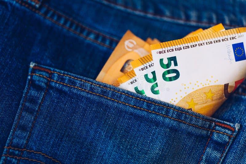 Euro rachunki w cajgu kieszeniowym tle Euro banknoty w cajgach popierają kieszeń Pojęcie bogaci ludzie, oszczędzanie lub wydawać  fotografia stock