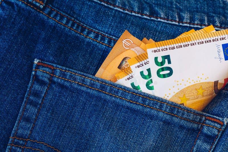 Euro rachunki w cajgu kieszeniowym tle Euro banknoty w cajgach popierają kieszeń Pojęcie bogaci ludzie, oszczędzanie lub wydawać  obraz royalty free
