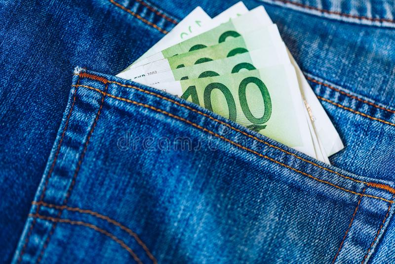 Euro rachunki w cajgu kieszeniowym tle Euro banknoty w cajgach popierają kieszeń Pojęcie bogaci ludzie, oszczędzanie lub wydawać  zdjęcia stock