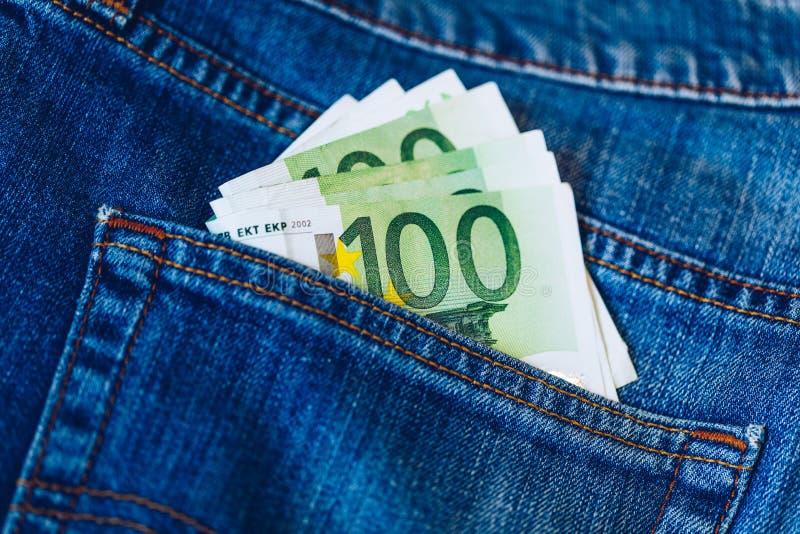 Euro rachunki w cajgu kieszeniowym tle Euro banknoty w cajgach popieraj? kiesze? Poj?cie bogaci ludzie, oszcz?dzanie lub wydawa?  obraz stock