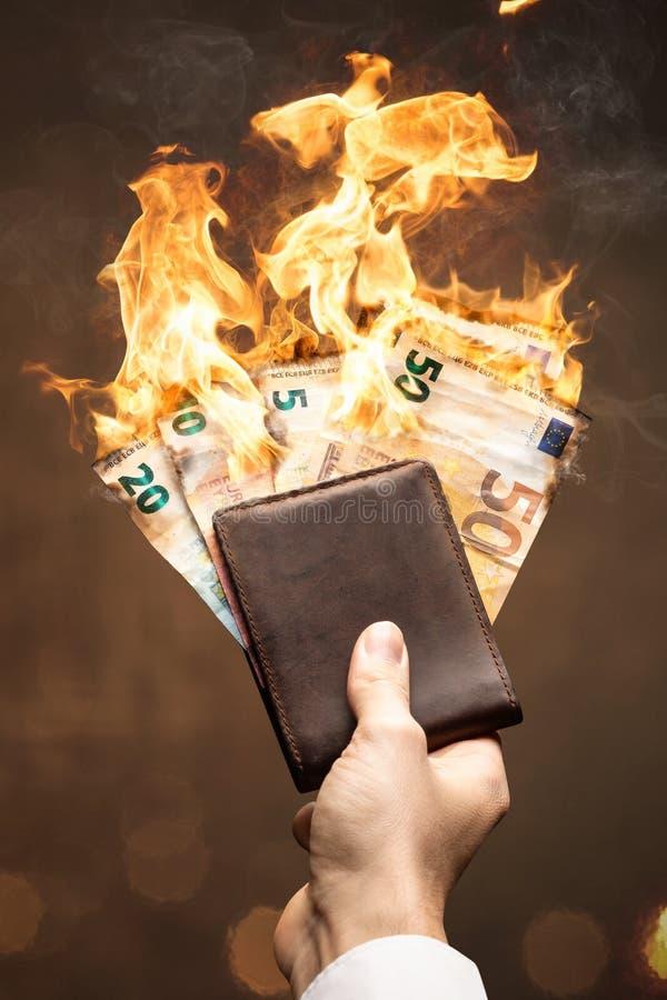 Euro rachunki w portfla paleniu z jaskrawym płomieniem zdjęcie stock