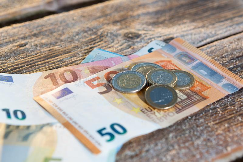 Euro rekeningen en muntstukken - contant geldgeld royalty-vrije stock afbeeldingen