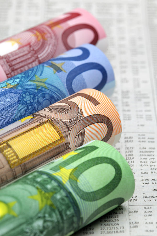 Euro rekeningen op financiële krant stock foto's