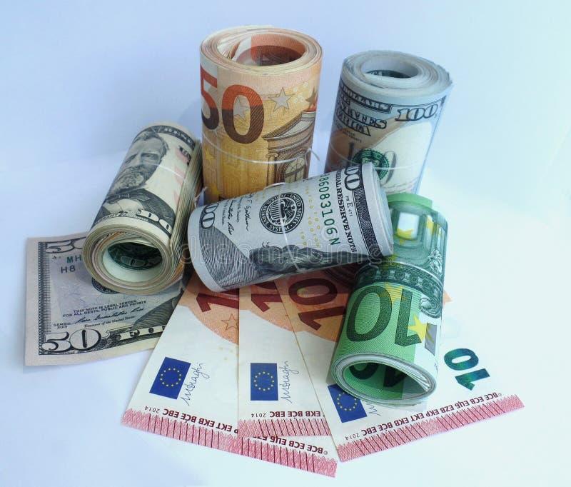 Euro soldi delle banconote del dollaro in rotoli immagini stock
