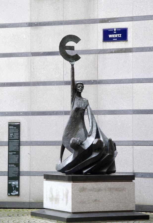 Euro standbeeld voor het Europees Parlement stock foto