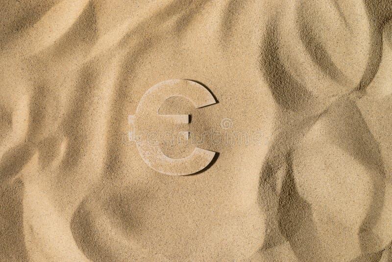Euro symbol Pod piaskiem obrazy stock