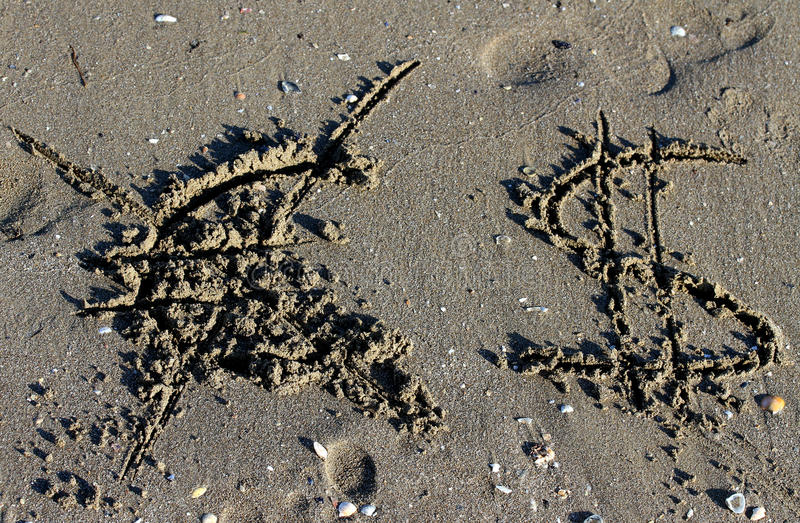 Euro symbol wymazujący i dolarowy znak na plaży fotografia royalty free