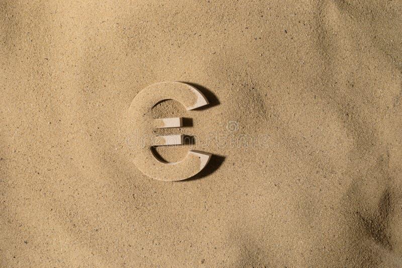 Euro Symbool onder het Zand royalty-vrije stock foto's