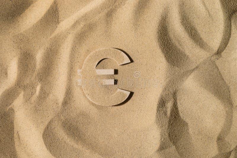 Euro Symbool onder het Zand royalty-vrije stock afbeelding