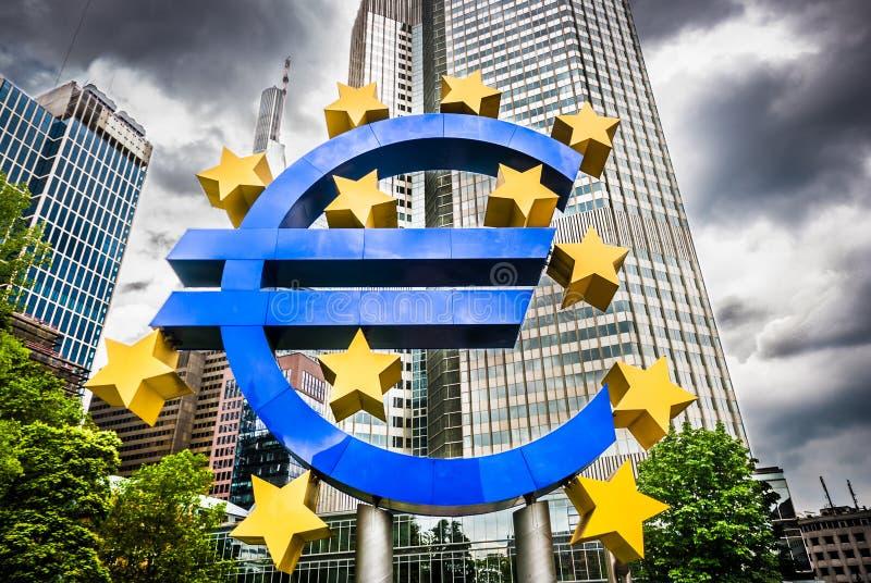 Euro teken bij Europese Centrale Bankhoofdkwartier in Frankfurt, Duitsland royalty-vrije stock foto's
