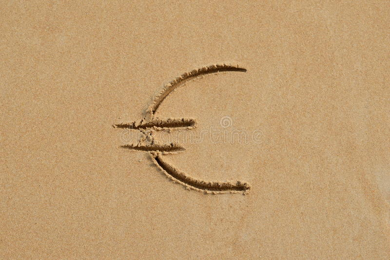 Euro teken in het zand stock fotografie