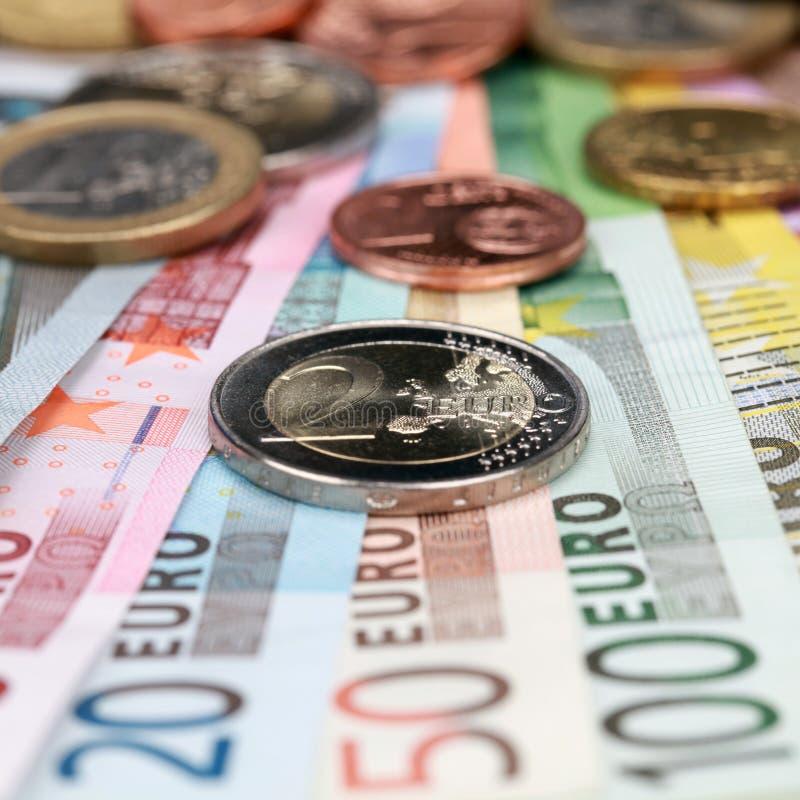 Euro två myntar på sedlar royaltyfri foto