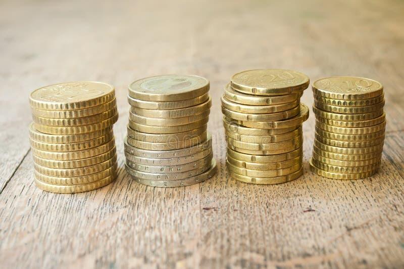 Euro- und Centmünzen auf hölzernem Hintergrund stockfotos