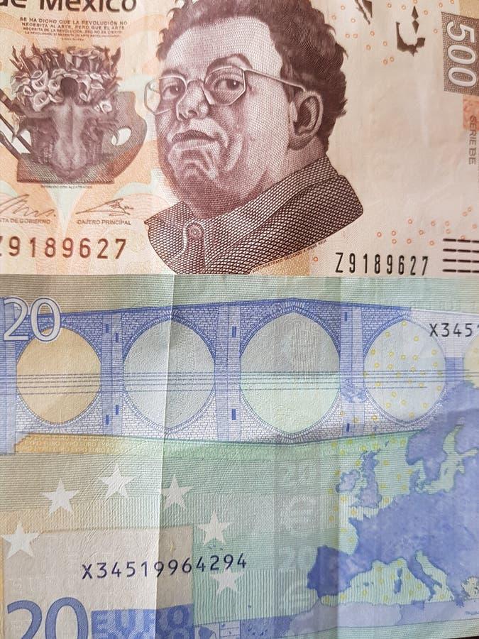 20 euroanmärkning och 500 pesos av Mexico, bakgrund och textur royaltyfri fotografi