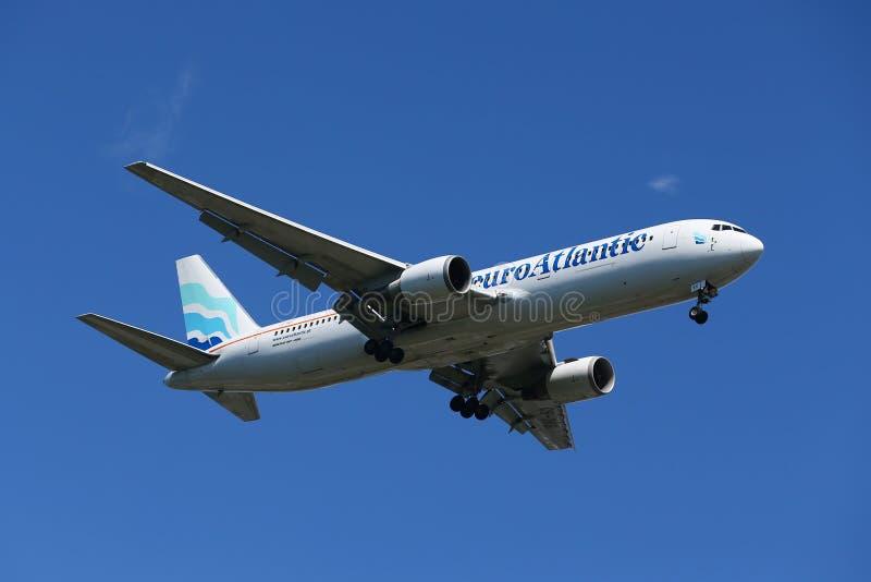 EuroAtlantic Airways Boeing 787 descendant pour débarquer à l'aéroport international de JFK à New York image stock