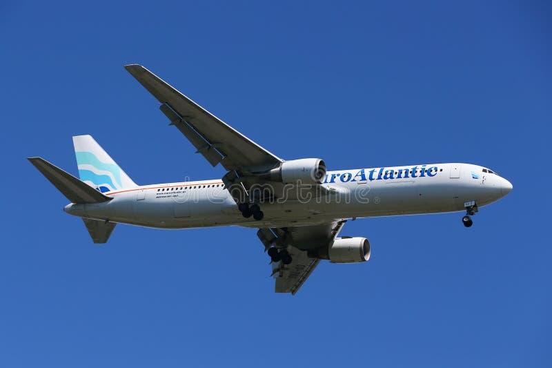EuroAtlantic Airways Boeing 787 descendant pour débarquer à l'aéroport international de JFK à New York photos stock