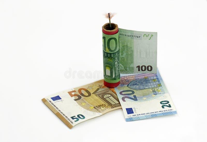 Eurobanknote, Geld um einen Kracher mit einem brennenden Docht, Konzeptgeldverschwendung am silvester lizenzfreie stockbilder