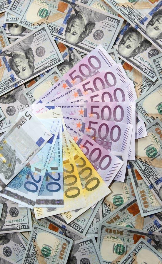 Eurobanknoten auf einem Hintergrund von hundert Dollarbanknoten stockfotografie