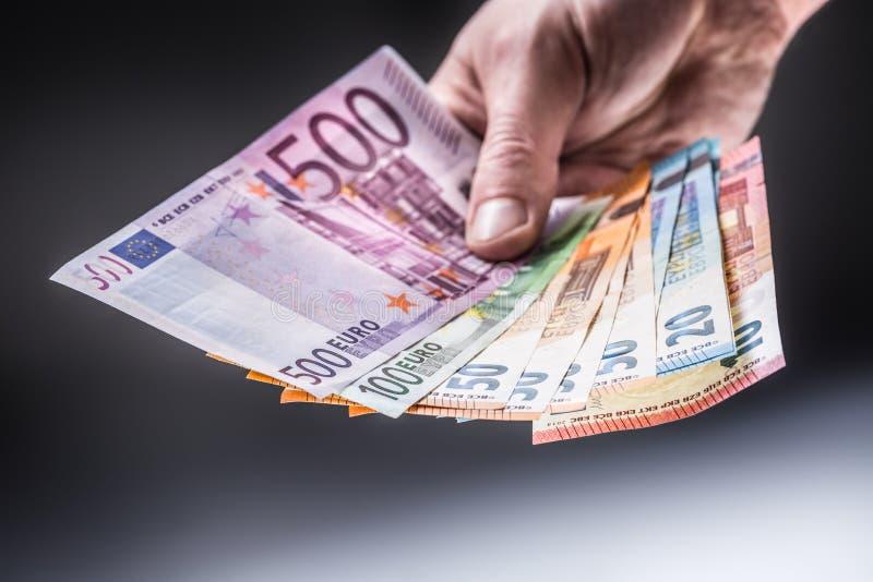 Eurobanknoten der männlichen Holding in seinen Händen lizenzfreie stockbilder