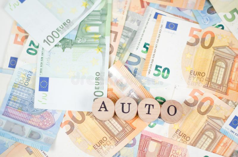 Eurobanknoten mit dem Guss AUTO stockfotos