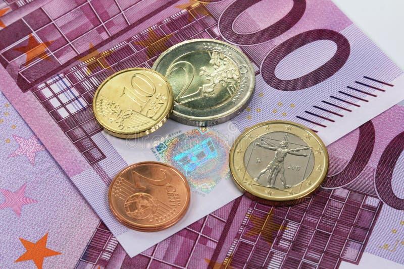 500 Eurobanknoten und Euromünzen stockfoto