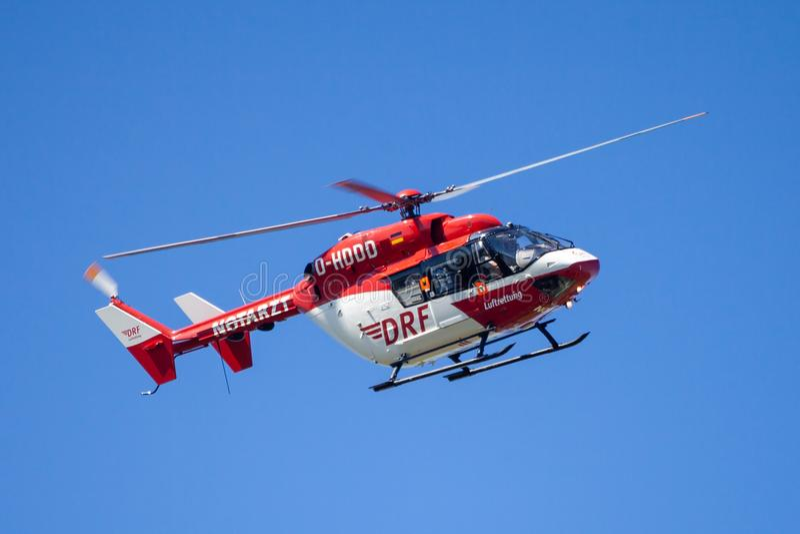 Eurocopter BK-117 de DRF Luftrettung vuela sobre lado del aterrizaje foto de archivo libre de regalías