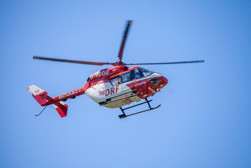 Eurocopter BK-117 von DRF Luftrettung fliegt über Landungsseite lizenzfreie stockfotografie