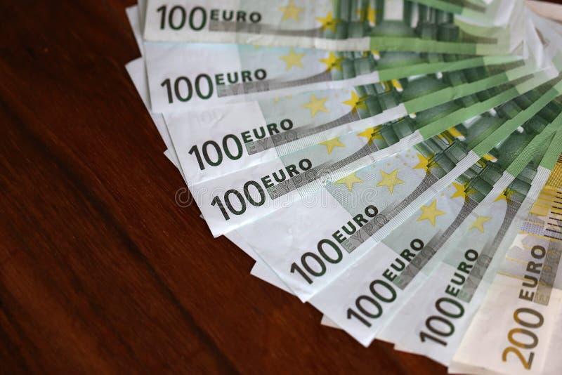 Euroet/olika sedlar ligger på tabellen royaltyfria bilder